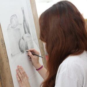 Dívka kreslící na plátno
